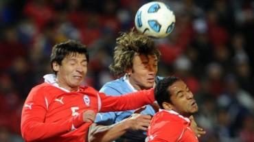 Chile derrotó a Uruguay por 2-0 y se mete a la pelea por un cupo al Mundial