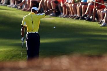 Golf: Tiger, sancionado con dos golpes por un dropaje ilegal