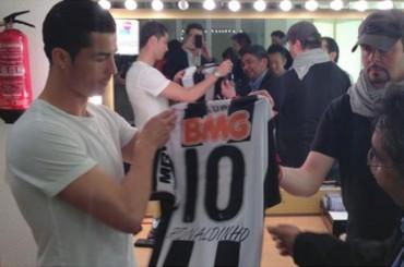 Ronaldinho envía una camiseta de regalo a Cristiano Ronaldo