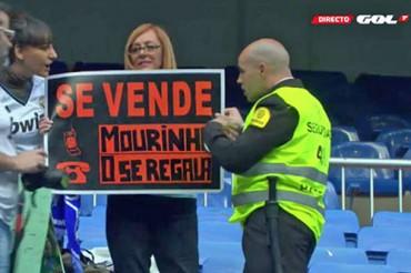 Abucheos para Mourinho y aplausos para Casillas en el Bernabéu