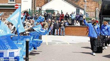 Aficionados del Wigan llegaron a despedir al club