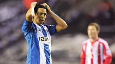 Roger Espinoza anota un gol con el Wigan