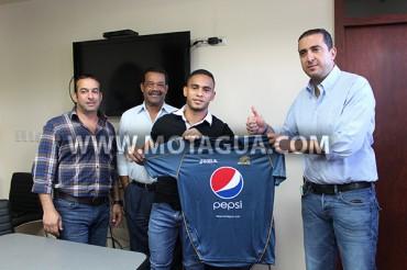 Orlin Peralta firmó este mismo miércoles su contrato con Motagua