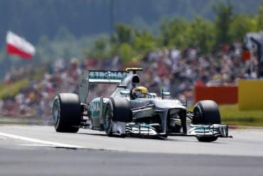 Hamilton terminó primero la calificación por delante de Sebastian Vettel y Marc Webber.