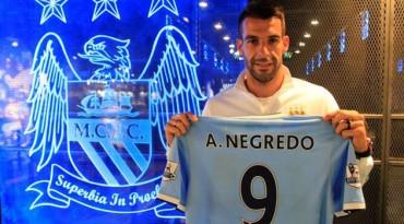 Negredo ya posa con la camiseta del City