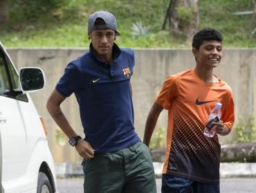 Neymar sorprende a un niño en Kuala Lumpur