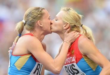 Ryzhova y Guschina, indignadas por la reacción a su beso
