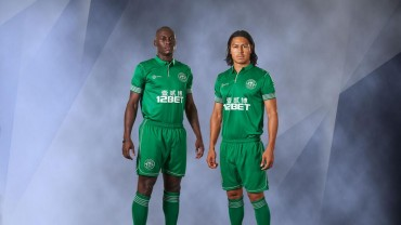 Roger Espinoza y el atacante Marc-Antoine modelos de la nueva camisa del Wigan