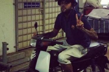 Alves bromea con que fue a entrenar en moto tras perder el bus