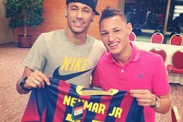 Neymar visita en Barcelona a sus ex compañeros del Santos