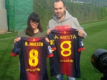 Jugadores del Barcelona esconden en el dorso de su camiseta una noble historia
