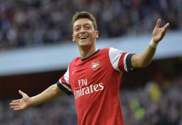 El Arsenal, con doblete de Özil, se exhibe ante el Norwich