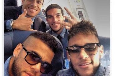 Neymar se divierte en el vuelo a Milán