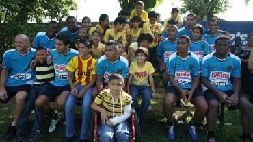 Niños de la Aldea S.O.S convivieron con los jugadores del Real España