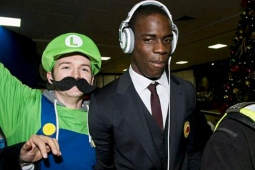 Balotelli, recibido por 'Super Mario'