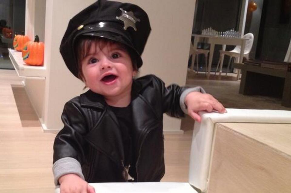 gerard piqu ha disfrazo a su hijo milan de polic a para la noche de