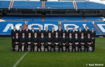 Los jugadores del Madrid lucen traje oficial en el Bernabéu