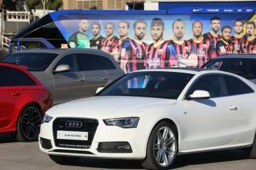 Los jugadores del Barça reciben sus nuevos coches oficiales