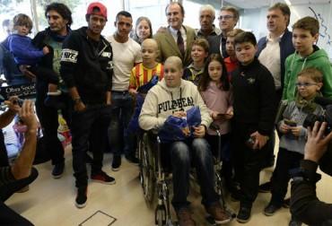 Los jugadores del Barça visitan diversos hospitales