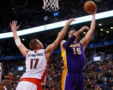 Los Lakers remontan a Toronto y suman su segundo triunfo