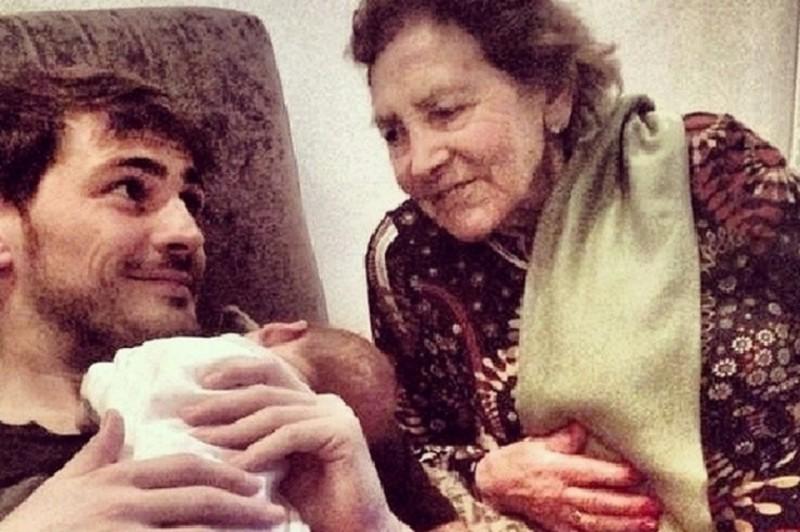 Entrañable foto familiar de Iker con su hijo y su abuela
