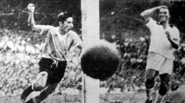 Héroe del 'Maracanazo' con el trofeo FIFA