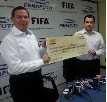 Rafael Callejas recibió el cheque de manos de Rafael Villeda de TVC