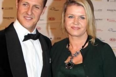 Familiares de Michael Schumacher le hablan mientras está en coma