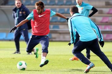 Neymar sigue trabajando al margen del grupo pero ya toca balón