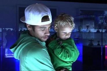 Neymar visita el Museu del Barça junto a su hijo