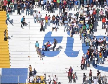 Violencia en las gradas empañaron el clásico Olimpia-Motagua