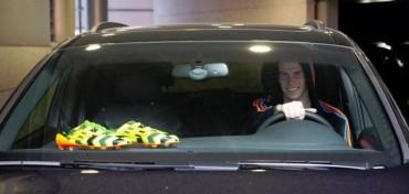 Bale enseña las botas con las que jugará el próximo Clásico