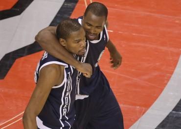 Durant (51 puntos) salva a los Thunder con un gran triple