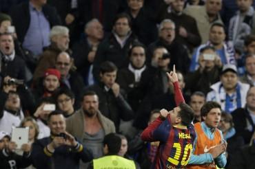 El beso de Leo Messi al escudo, dedicado al Barça y… al Madrid