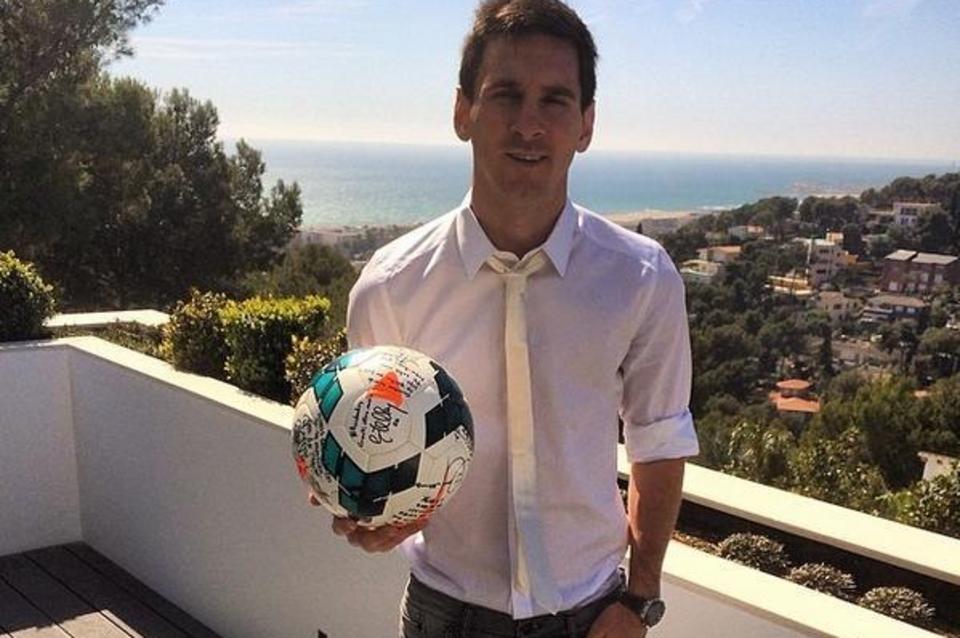Leo-Messi-posa-con-el-balon-fi_54403729331_54115221152_960_640