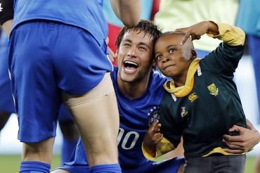 VIDEO: Neymar y el niño invasor de Sudáfrica