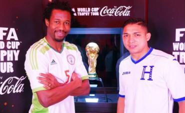 Emilio Izaguirre aparece en la gira de la Copa Mundial en Escocia