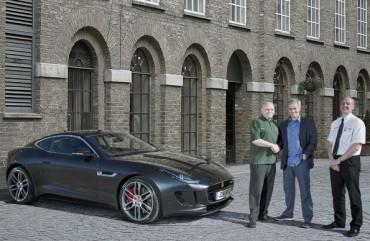 José Mourinho recibe el primer Jaguar F-Type R Coupe entregado en Inglaterra