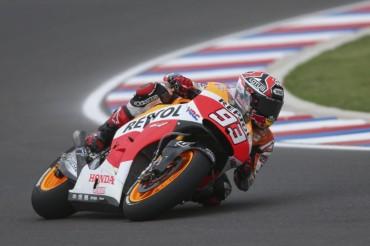 Márquez pone orden a base de hacer derrapar su Honda