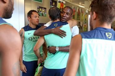 Eric Abidal, visita sorpresa en el entrenamiento del Barça