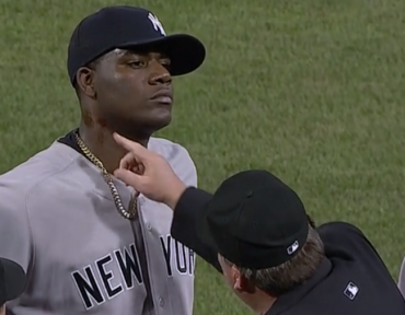 Expulsan a lanzador de los Yankees por sustancia extraña en su cuello