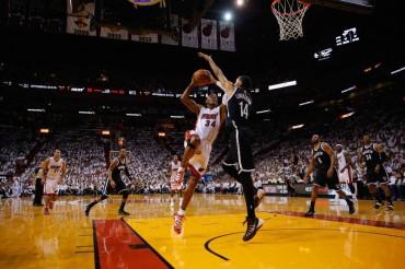 Allen derriba la defensa de los Nets y da la victoria a los Heat