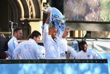 El City celebra la liga por todo lo alto en las calles de Manchester