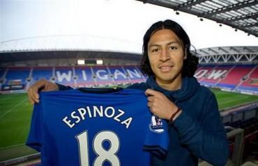 ¡Roger Espinoza es premiado por el Wigan!