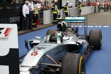 Nico Rosberg gana pero Lewis Hamilton consigue deslumbrar