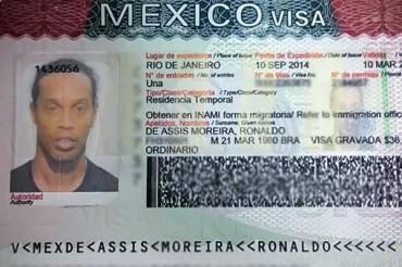 Ronaldinho presumió su visa de trabajo