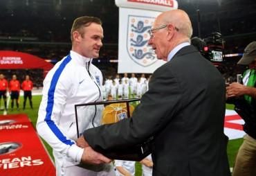 Charlton y la Federación inglesa homenajearon a Rooney