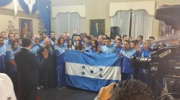 Juan Orlando Hernández juramenta a los atletas Hondureños