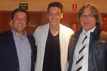 Mesut Özil y su padre Mustafa se denuncian mutuamente