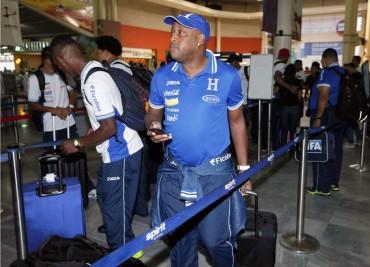 Hernán Medford llego molesto y prepotente a Honduras
